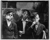 Niños fumando. Autor: Lewis Hine
